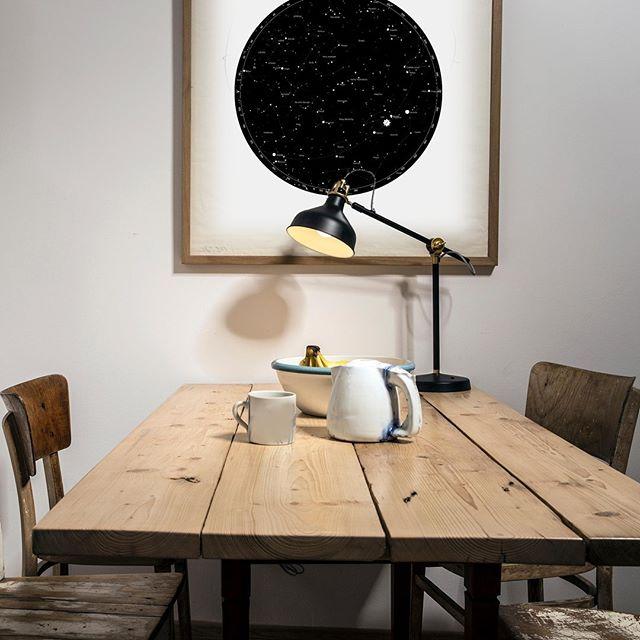 černobílá hvězdná mapa v jednoduchem skandinávském stylu